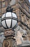 Detail der Löweskulptur und aufwändige Lampe außerhalb des teeds Rathauses Lizenzfreies Stockfoto