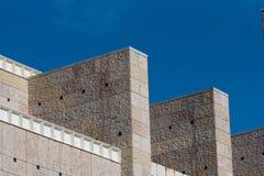 Detail der modernen Fassade des Architekturöffentlichen gebäudes gegen Blaues stockfotografie