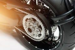 Detail der Motorradrückseitenkette und -gangs Stockbild