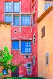 Detail der netten bunten Wand mit Türen und Fenstern, Sardinien Lizenzfreies Stockbild