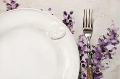 Detail der Platte und der Gabel legte auf hölzernen Speisetisch der Weinlese Stockbild