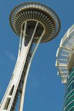 Detail der Raum-Nadel in Seattle und des blauen Himmels im Hintergrund lizenzfreies stockfoto