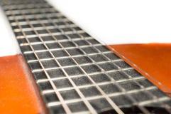 Detail der staubigen klassischen Akustikgitarre mit flachem DOF und Unschärfe Lizenzfreie Stockfotografie