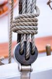 Detail der Takelung auf einem Segelboot Lizenzfreie Stockfotos