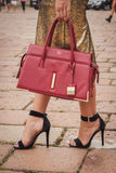 Detail der Tasche und Schuhe außerhalb Cavalli-Modeschauen, die für Milan Womens Mode-Woche 2014 errichten Lizenzfreie Stockbilder