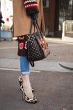 Detail der Tasche und Schuhe an Milan Men-` s arbeiten Woche um Stockfotos