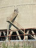 Detail der Treppe außerhalb des Kernkühlturms Lizenzfreies Stockbild