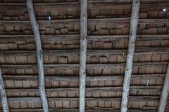 Detail der Unterseite eines Portaldachs auf einem alten Blockhaus mit Pfostenstrahlen und hölzernen Schindeln Stockbild