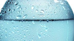 Detail der Wasserflasche mit Wasserspritzen lizenzfreie stockbilder