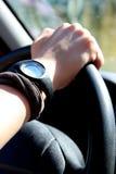 Detail der weiblichen Hand auf dem Lenkrad eines Autos Stockfotos