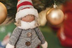 Detail der Weihnachtspuppe mit Hintergrund von Weihnachtsdekorationen und von Weihnachtslichtern stockfotos