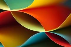 Detail der wellenartig bewogenen Struktur des farbigen Papiers Lizenzfreies Stockfoto