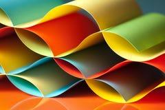 Detail der wellenartig bewogenen Struktur des farbigen Papiers Lizenzfreie Stockbilder