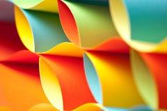 Detail der wellenartig bewogenen Struktur des farbigen Papiers Lizenzfreie Stockfotos