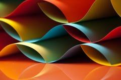 Detail der wellenartig bewogenen Struktur des farbigen Papiers Stockfotografie