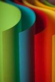 Detail der wellenartig bewogenen Struktur des farbigen Papiers lizenzfreie stockfotografie