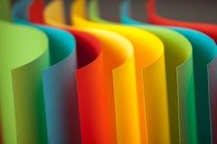 Detail der wellenartig bewogenen Struktur des farbigen Papiers Stockfotos