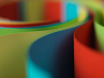 Detail der wellenartig bewogenen Struktur des farbigen Papiers Stockbild
