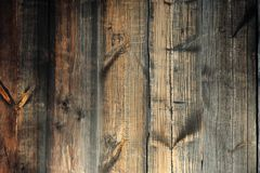 Detail des alten h?lzernen Fensters Alte braune h?lzerne Wand stockfotografie
