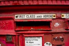 Detail des alten roten London-Briefkastens Stockbilder