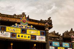 Detail des aufwändigen Tors zu den Pagoden der Verbotenen Stadt in der Farbe, Vietnam lizenzfreie stockfotos