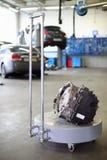 Detail des Autos auf spezieller Laufkatze für Transport in der Garage Stockbilder