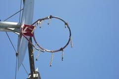 Detail des Basketballkorbes mit Eisennetz Stockbilder