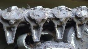 Detail des Behältergleiskettenfahrzeugs mit Schlamm stock video