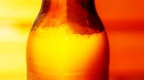 Detail des Bierschaums sprudelt in der Glasflasche mit grafischem Effekt Lizenzfreie Stockfotos