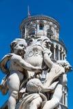 Detail des Brunnen Putti-Brunnens und der lehnende Turm von Pisa am Marktplatz dei Miracoli in Pisa, Toskana, Italien lizenzfreie stockbilder