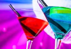 Detail des Cocktails mit funkelndem Discoballhintergrund mit Raum für Text Lizenzfreies Stockfoto