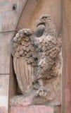 Detail des Eingangs zum Haus verzierte mit einer Skulptur einen Adler Stockfoto
