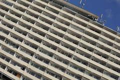 Detail des enormen alten Wohnblocks mit vielen Wohnungen mit Balkonen Stockbilder