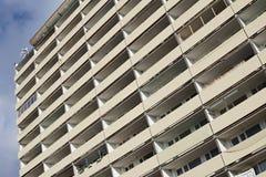 Detail des enormen alten Wohnblocks mit vielen Wohnungen mit Balkonen Lizenzfreies Stockbild