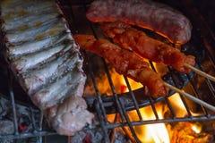 Detail des Fleisches auf Grillfeuer Stockfotos
