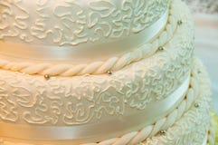 Nahes hohes der Hochzeitstorte Lizenzfreie Stockfotos
