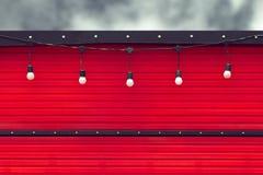 Detail des geschlossenen roten Lebensmittel-LKWs mit Glühlampe Stockfotos