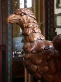 Detail des geschnitzten Adlerlesepults in der mittelalterlichen Kirche Stockbild