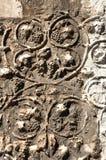 Detail des geschnitzten Steins mit Traube Stockfotos