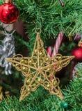 Detail des grünen Baums des Weihnachten (Chrismas) mit farbigen Verzierungen, Kugeln, Sterne, Santa Claus, Schneemann Stockfotos
