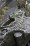 Detail des großen Restes des keltischen Kreuzes, der auf dem Boden legt Lizenzfreies Stockfoto