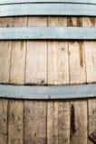 Detail des hölzernen Fasses mit Metallbändern. Stockfoto
