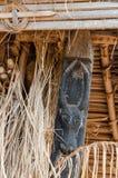 Detail des hölzernen Schnitzens der schwarzen Kuh an traditionellem Fon-` s Palast in Bafut, Kamerun, Afrika Stockbild