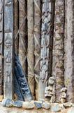 Detail des hölzernen Schnitzens der Tiere auf Säulen an traditionellem Fon-` s Palast in Bafut, Kamerun, Afrika Lizenzfreies Stockfoto