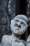 Detail des hölzernen Schnitzens des männlichen Menschen an traditionellem Fon-` s Palast in Bafut, Kamerun, Afrika Lizenzfreies Stockbild