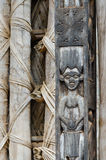 Detail des hölzernen Schnitzens des Menschen auf Säule an traditionellem Fon-` s Palast in Bafut, Kamerun, Afrika Lizenzfreies Stockbild