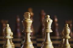 Detail des hölzernen weißen Schachs stellt, dunkler Hintergrund dar Lizenzfreies Stockfoto