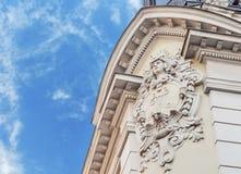 Detail des historischen Gebäudes mit blauem bewölktem Himmel Stockfotografie