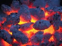 Detail des Holzes brennend im Grill Stockbild