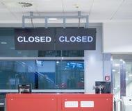 Detail des leeren Abfahrtabfertigungsschalters Zeichen geschlossen auf Schirm Geschlossenes Flughafentor lizenzfreie stockfotografie